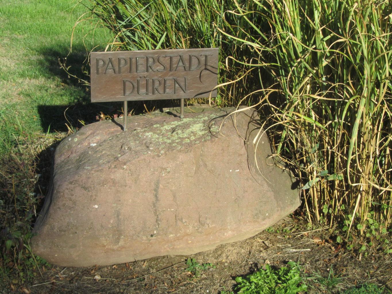 Stein mit Hinweis Papierstadt Düren