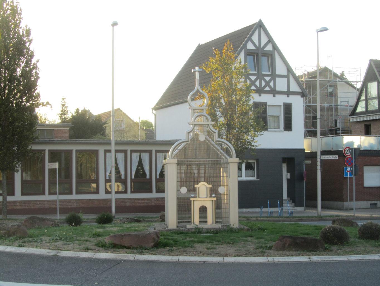 Denkmal der alten Kirche im Kreisverkehr Hoven