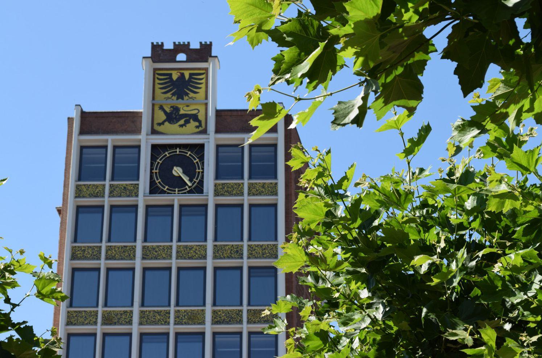 Rathaus Düren Turm zwischen Bäumen
