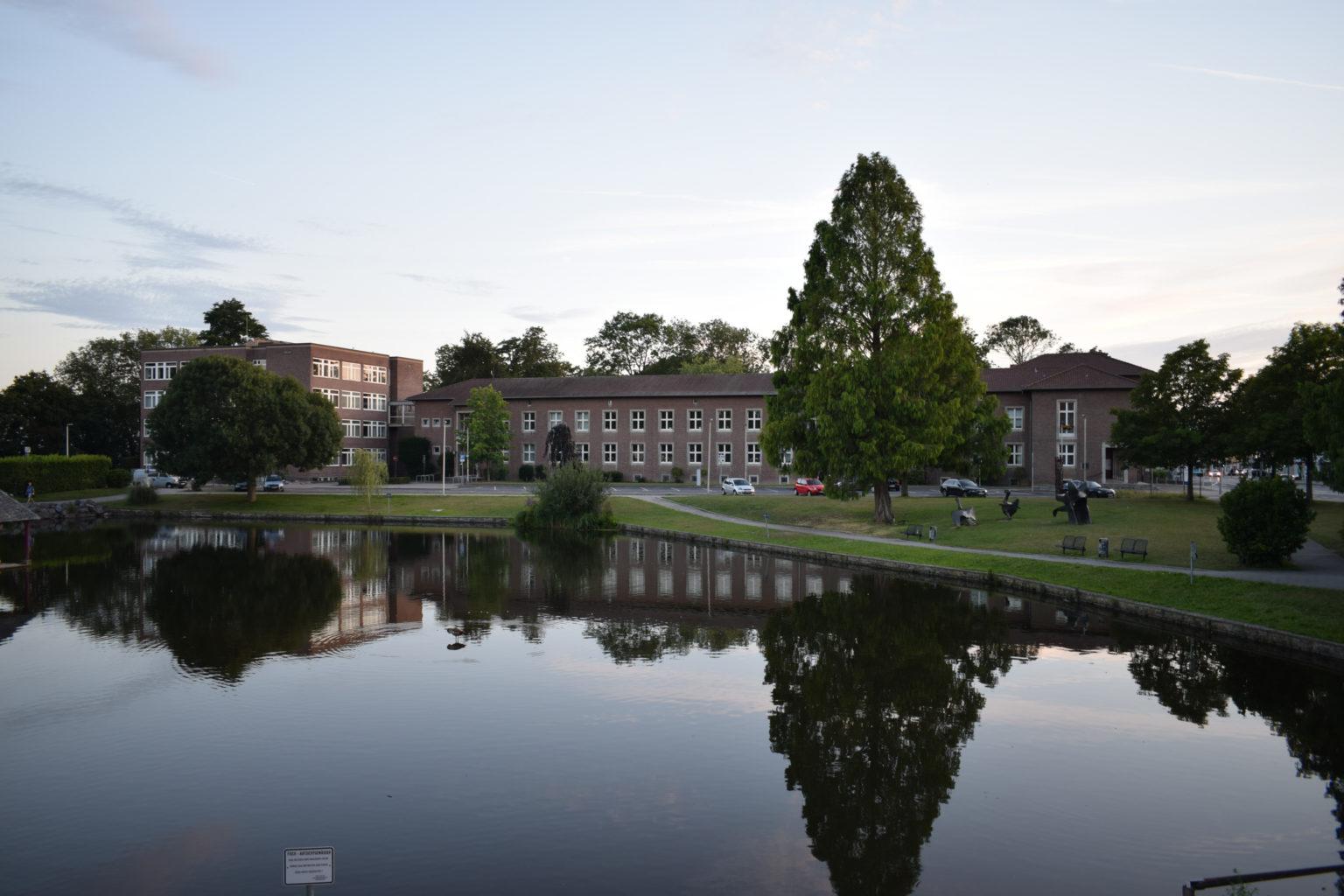 Rathaus Jülich mit See